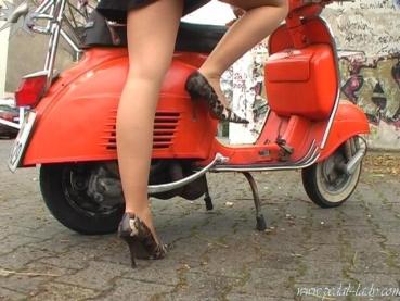 pedal-lady - Cold Vespa start